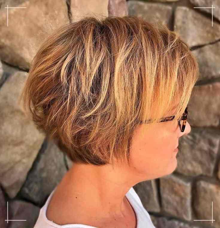8 Frisuren Kurz Frauen ab 40 Rasierter honigblonder Bob