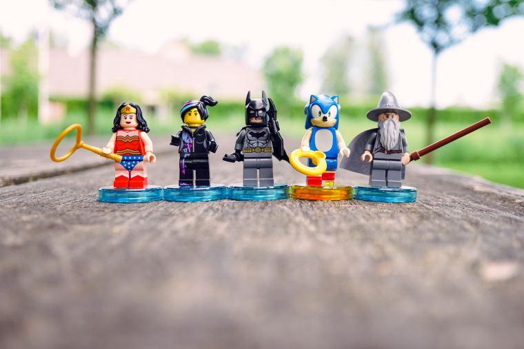 super hero en lego save eat