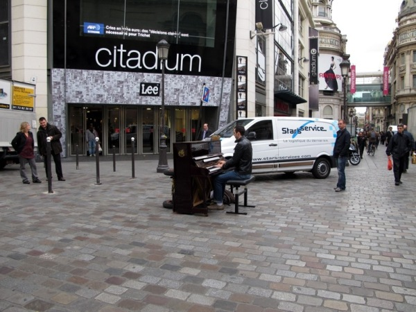 Travel-Photograph-Paris-France-Piano-Artist-Street