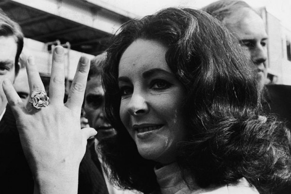 elizabeth-taylor-burton-diamond-ring-33-19-carats-jewellery-rich-cash-bling