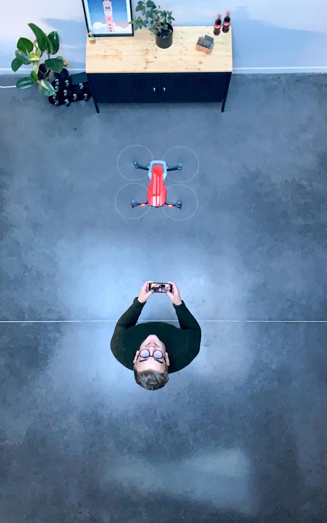 Savinien pilotant un drone