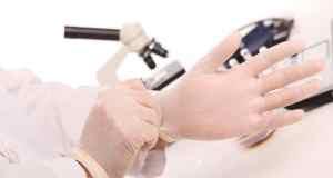 doktor stavlja rukavice