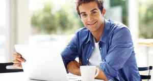 muškarac s laptopom