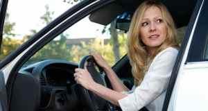 žena u autu
