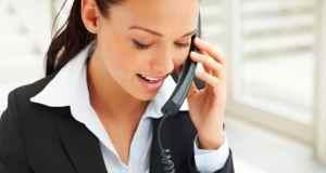 žena priča na telefon