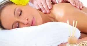 žena na masaži