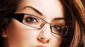 Naočale i lijepo našminkane oči