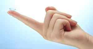 leća na prstu