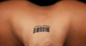 osoba s tetovažom