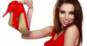 žena s crvenim cipelama