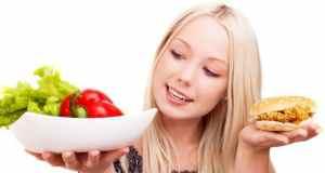 djevojka koja razmišlja što pojesti