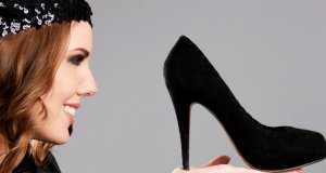 djevojka s crnim cipelama