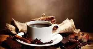 crna kava na stolu