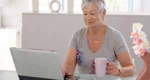 umirovljenica pred računalom