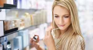 žena u parfumeriji