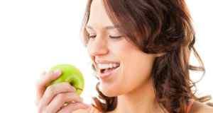 djevojka jede jabuku