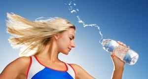 djevojka s bocom vode