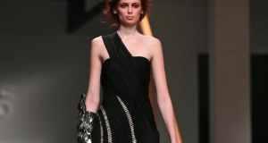žena u crnoj haljini