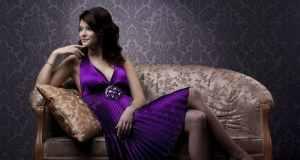 žena u ljubičastoj haljini