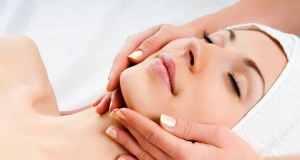 žena na masaži lica