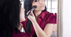 šminkanje pred ogledalom