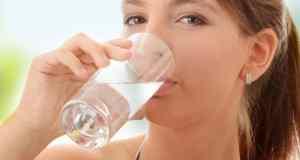 djevojka pije vodu