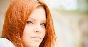 djevojka crvene boje kose