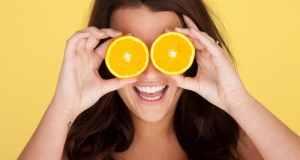 žena s narančom