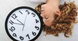 djevojka i sat