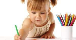 djevojčica crta