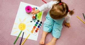 djecojčica koja slika