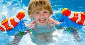 dijete pliva