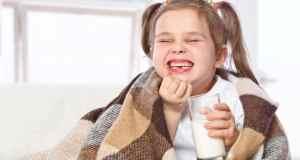 djevojčica s čašom mlijeka