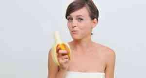 žena jede banane