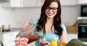 žena toči sok