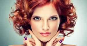 žena s crvenom kosom