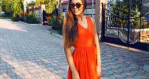 žena u narančastoj haljini