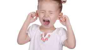 dijete koje drži ruke na ušima