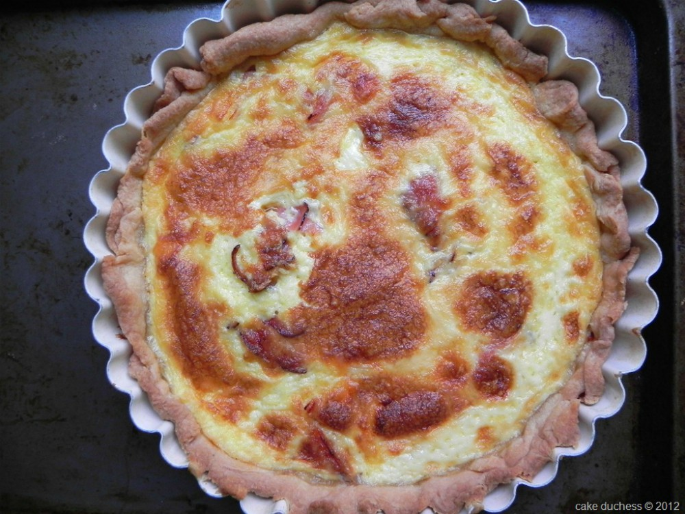 overhead imge of ham and cheese quiche