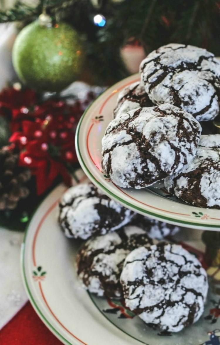 overhead image of chocolate crackle cookies