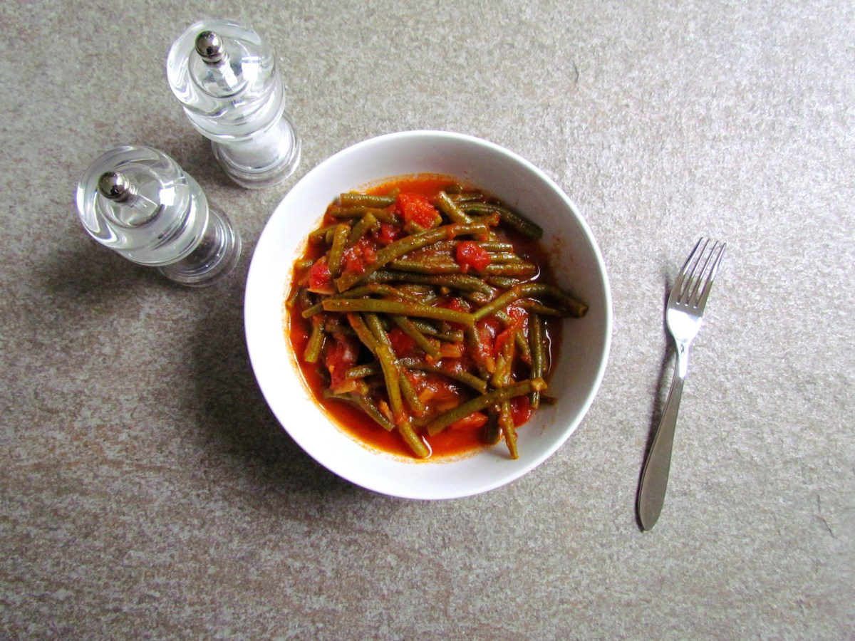 syrian string beans with spiced tomato sauce | www.savormania.com