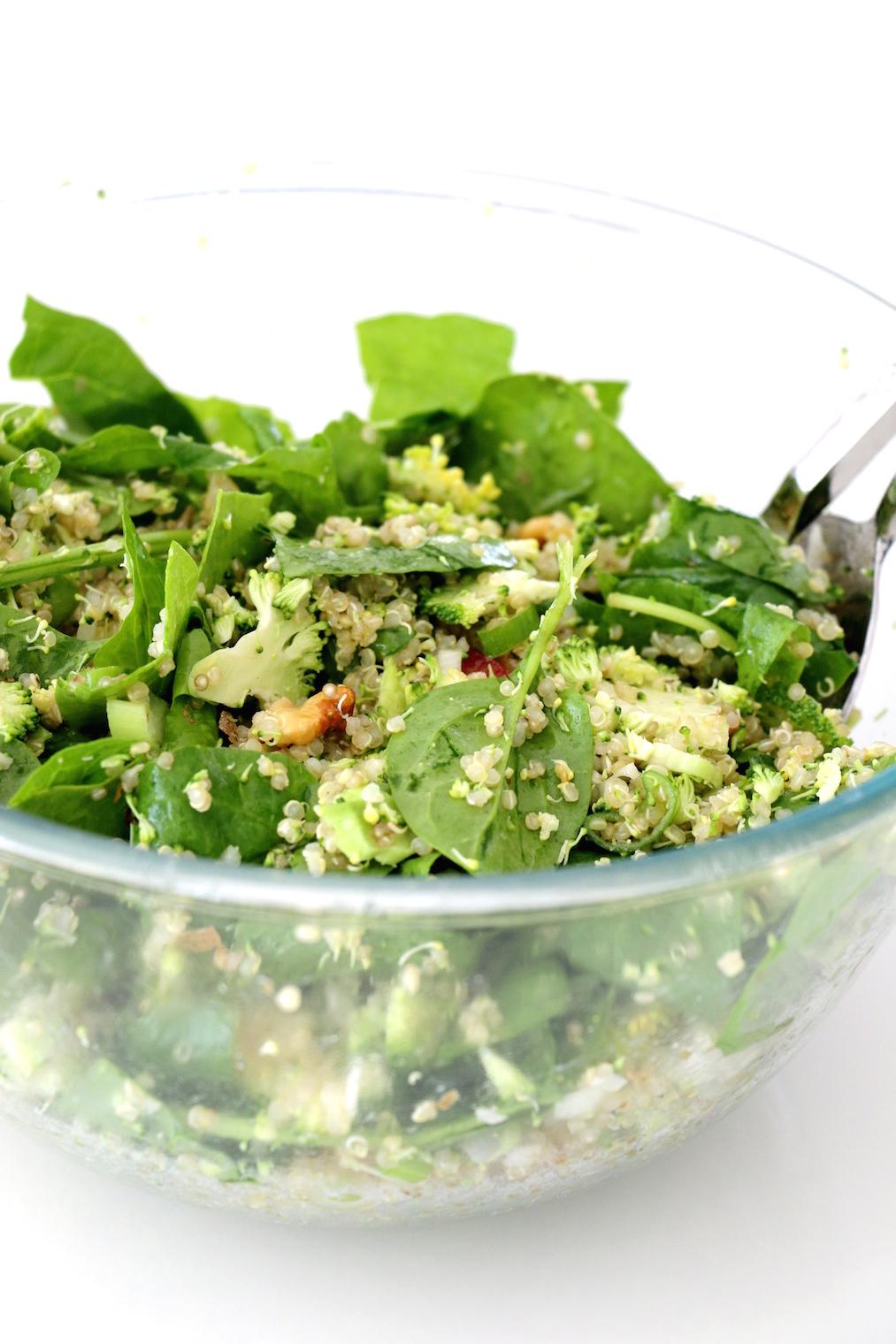 salade de quinoa aux épinards et brocoli râpé