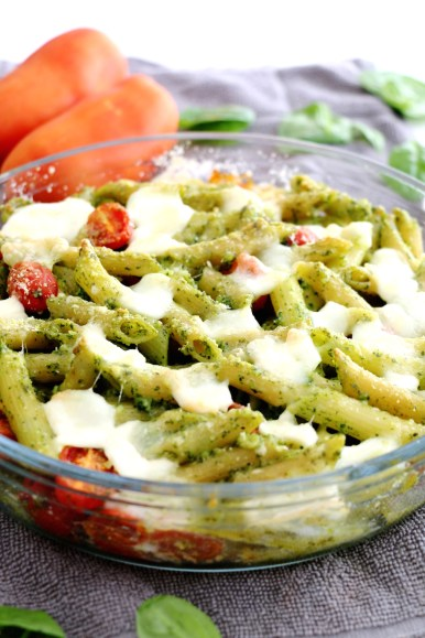spinach pesto and mozzarella pasta bake | www.savormania.com