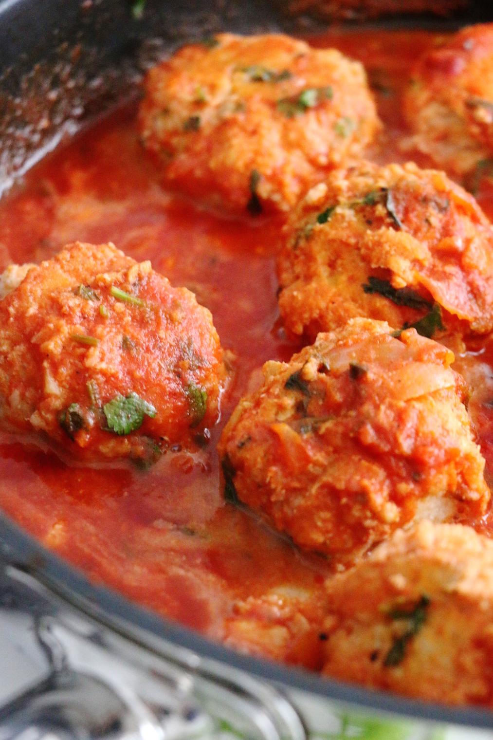 coriander fish balls in tomato sauce | www.savormania.com