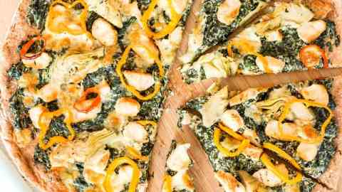 Healthy Spinach Artichoke Chicken Pizza Recipe. A yummy yet healthy pizza you will go crazy over! Only 150 calories per slice!