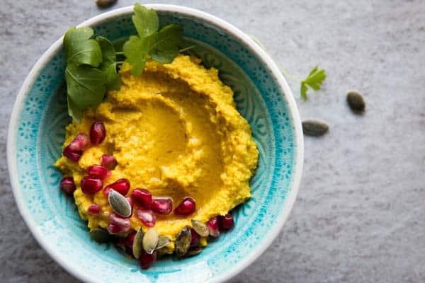 Kurkuma Hummus ist ein schneller Snack, der erst noch gesund ist. Nur 5 Minuten Zeitaufwand!