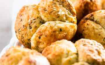 This Homemade Mini Garlic Parmesan Monkey Bread recipe is super simple, yet makes the most delicious little garlic breads! Serve them along a special dinner party or as part of a backyard BBQ or summer potluck - everyone will ask you for the recipe!