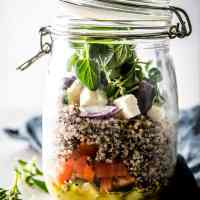 Bored with your usual lunch? This greek quinoa salad is easily packed into mason jars for quick meal prep.