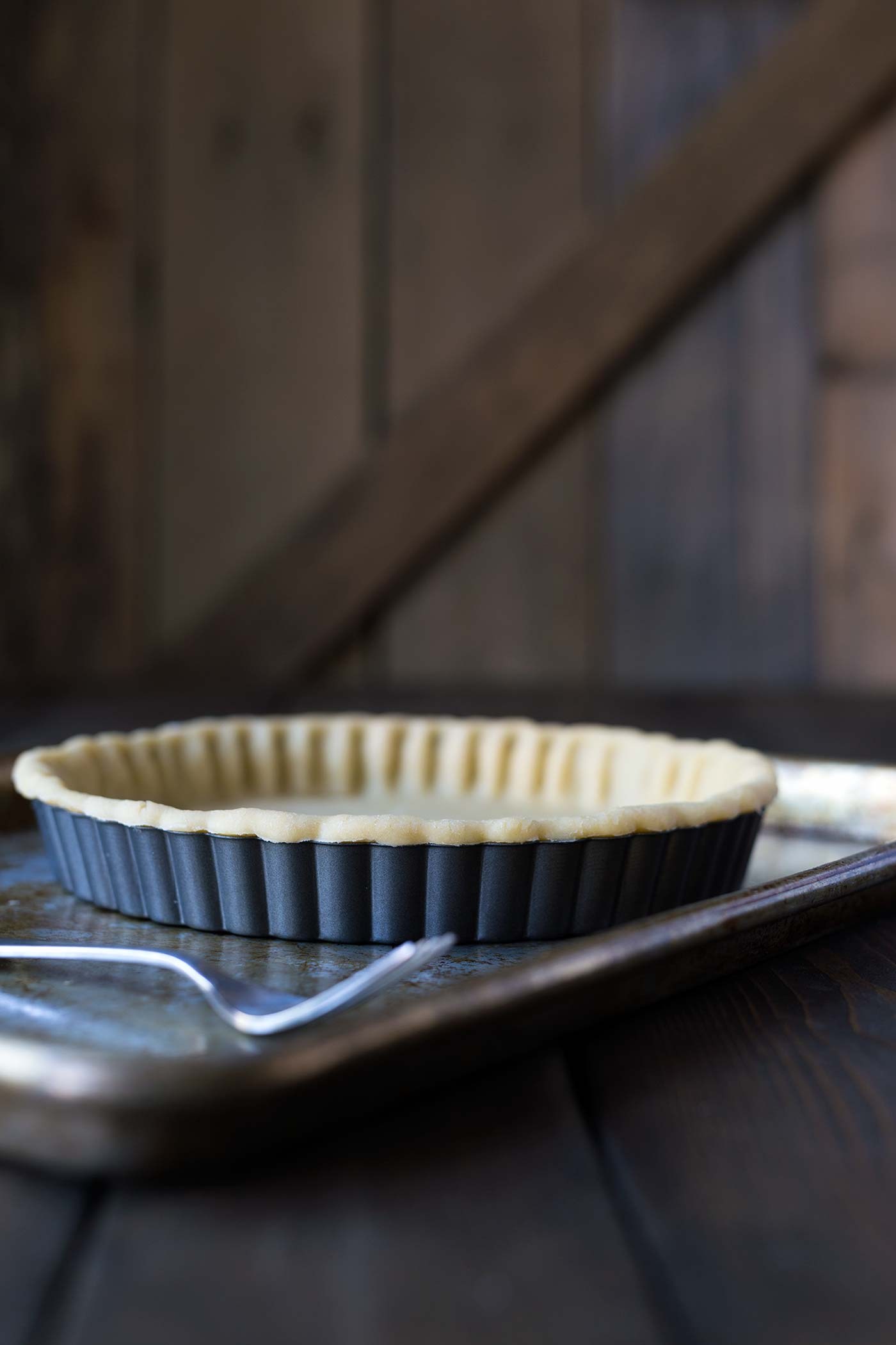 A side angle of the tart in the pan.