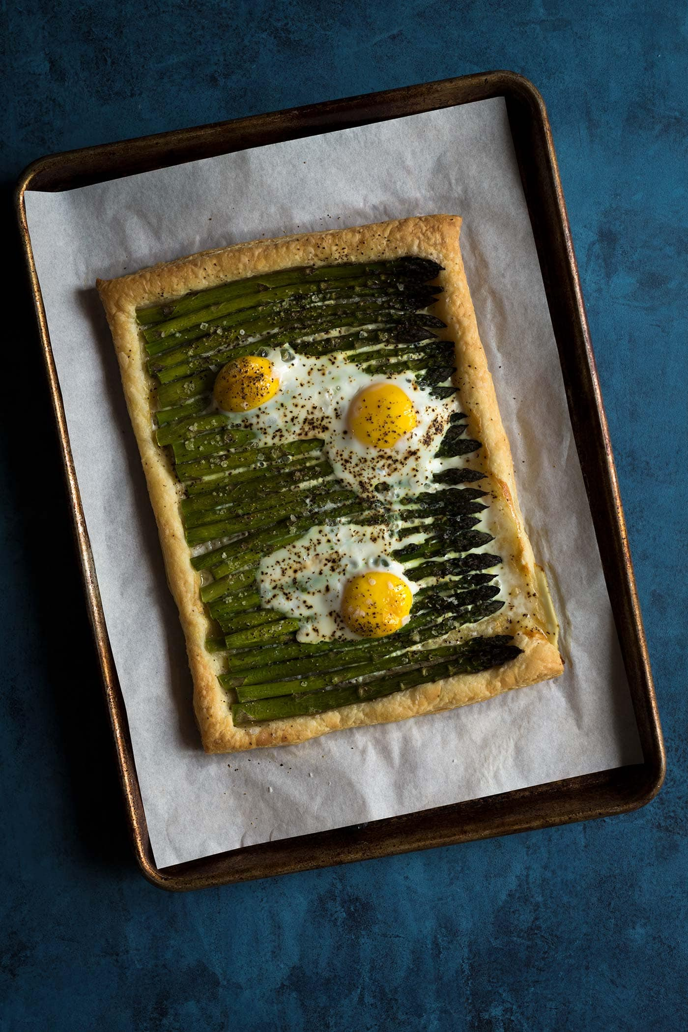 This asparagus egg tart comes together quickly with only 5 ingredients, and is perfect for spring and summer gatherings!